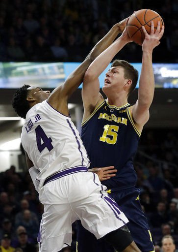 No. 5 Michigan holds off Northwestern for 62-60 win