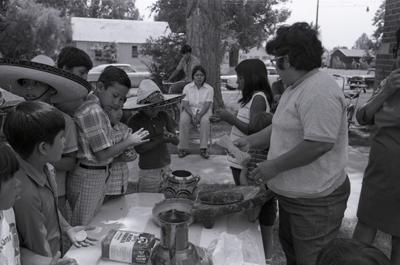¿QUIÉNES SOMOS? Colección de más de 10 mil fotos tomadas en las décadas de 1960 y 1970 cuenta con trabajadores agrícolas del Valle de Yakima. Los curadores necesitan ayuda para identificarlos.