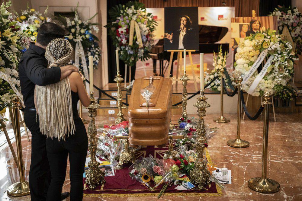 Admiradores, amigos dicen adiós a Camilo Sesto