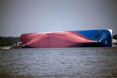 Rescatan con vida a 4to tripulante de buque naufragado