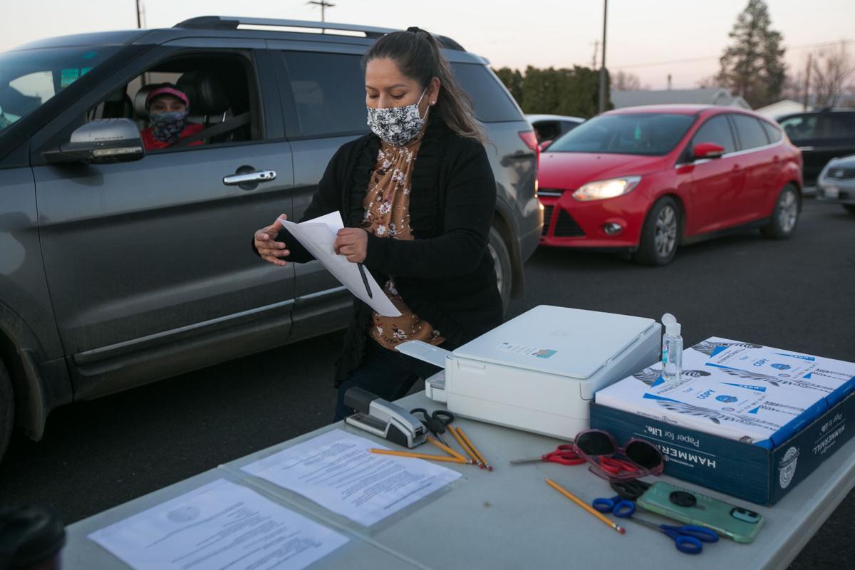 201126-es-news-helpingimmigrants-1.jpg