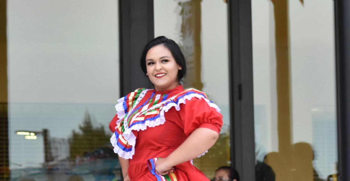 Bailarina en el Grito en HU en 2018