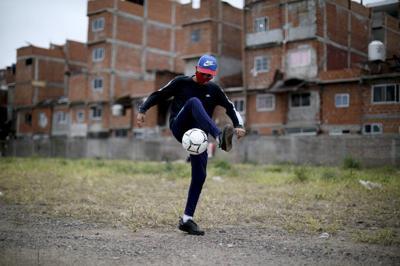 Coronavirus pone en pausa sueños futbolísticos de argentinos