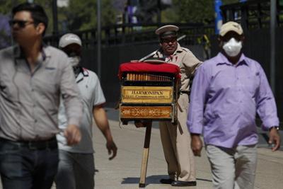 """Gobernador mexicano: los pobres son """"inmunes"""" al virus"""