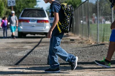 Peatones caminan en Yakima