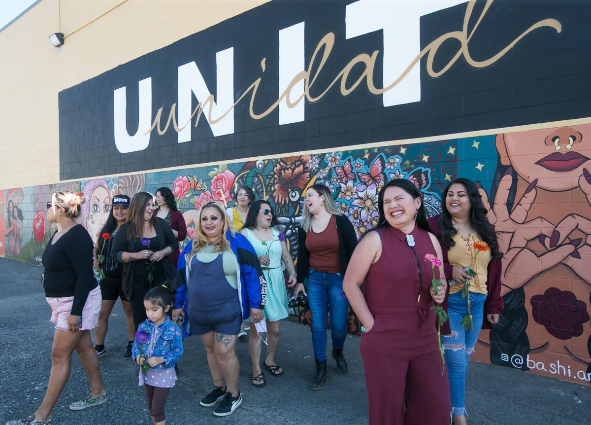 FOTO DE LA SEMANA: Dieciséis mujeres artistas locales exhiben sus murales de pintura