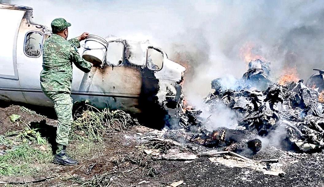 Avión Sedena se desploma en México