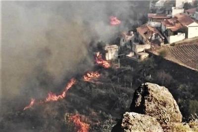 incendio cerca de casas en Las Canarias