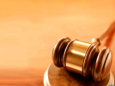 Justicia presenta cargos contra joven que agredió a su madre