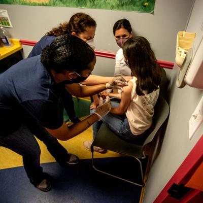 Comité asesor de los CDC autoriza vacuna de Pfizer en menores de 12 a 15 años
