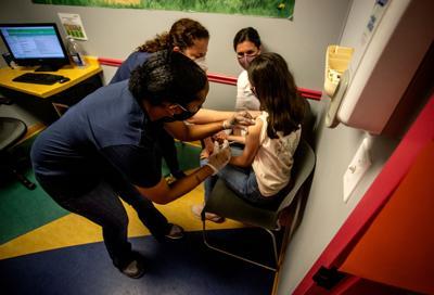 """La OMS dice que vacunar a los niños contra el covid-19 no es de """"alta prioridad"""""""