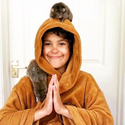 A este niño le encanta tener ratas como mascotas