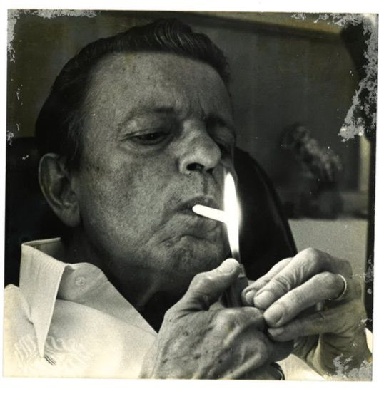 Rene Marques fumando