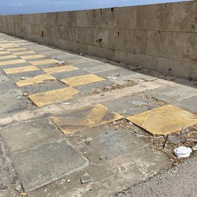 Denuncian descuido en el malecón de Arecibo