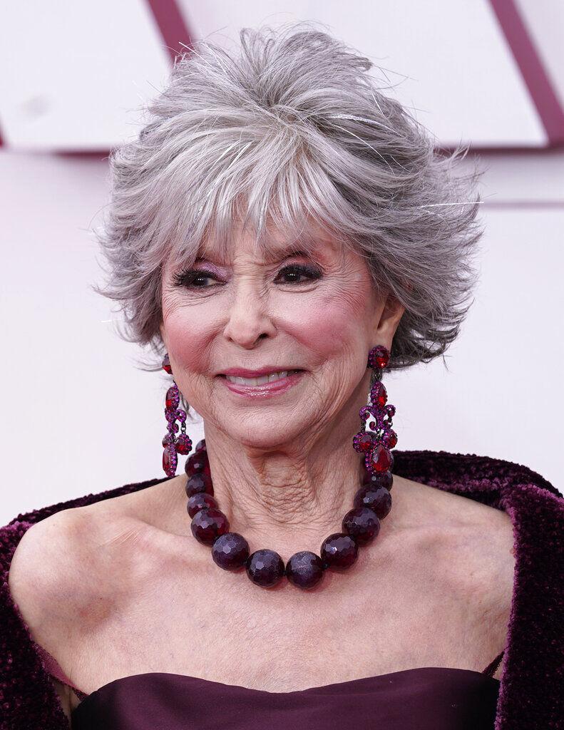 Rita Moreno en la alfombra roja de los Oscar 2021