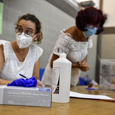 España: Dos regiones acuden a votar pese a brotes del virus