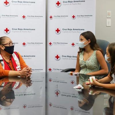 Penélope y Khloe en Cruz Roja