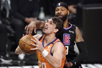 Suns pierden a Saric por lesión de ligamentos en la rodilla