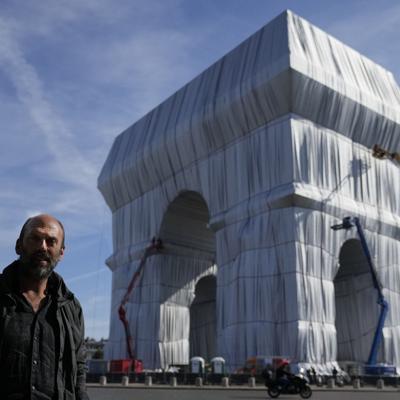 """""""Un gran elefante gris"""": el Arco del Triunfo de París se envuelve en tela plateada y azul"""