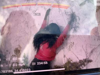 Intentan rescatar a una mujer al borde del precipicio y resulta ser un maniquí