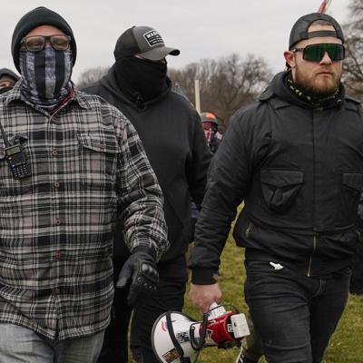 Ordenan arresto de dos extremistas por asalto a Capitolio