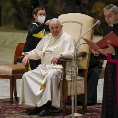 Un niño sorprende al papa Francisco al solicitarle su solideo blanco