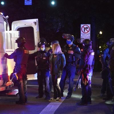 Policía detiene a manifestantes en Portland