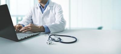 Una mujer acusa a un médico de fertilidad por realizar secretamente embarazos con su propia esperma