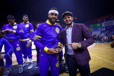 Yadier Molina hace entrega de los anillos de campeones a sus Vaqueros de Bayamón