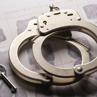 Arrestan a individuo por amenazar con un cuchillo a su pareja