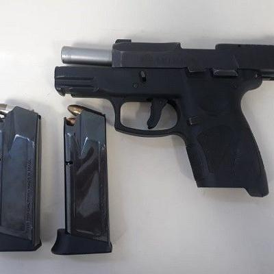 Encuentran drogas y un arma en residencial en Ponce