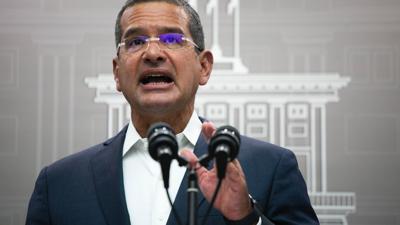 El gobernador admite que aún quedan más de 7,000 casas que tienen toldos azules en 39 municipios