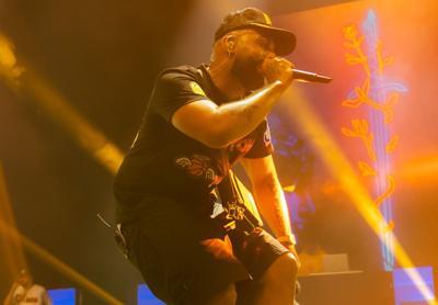 Eladio Carrión entrega 30 temas en dos horas de concierto