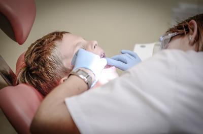 Salud exhorta a padres a realizarles exámenes orales a los niños antes de comenzar las clases