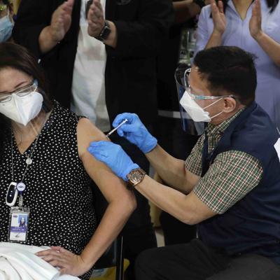 Filipinas inicia vacunaciones pese a problemas de suministro
