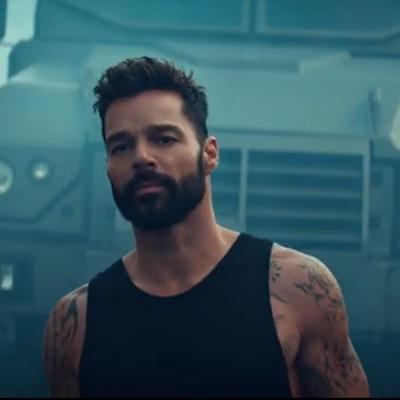 Ricky Martin le canta al amor en medio de la protesta