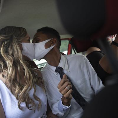 Se casan por servicarro en Brasil durante la pandemia