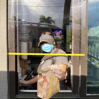 McDonald's instala acrílicos para sus ventanillas
