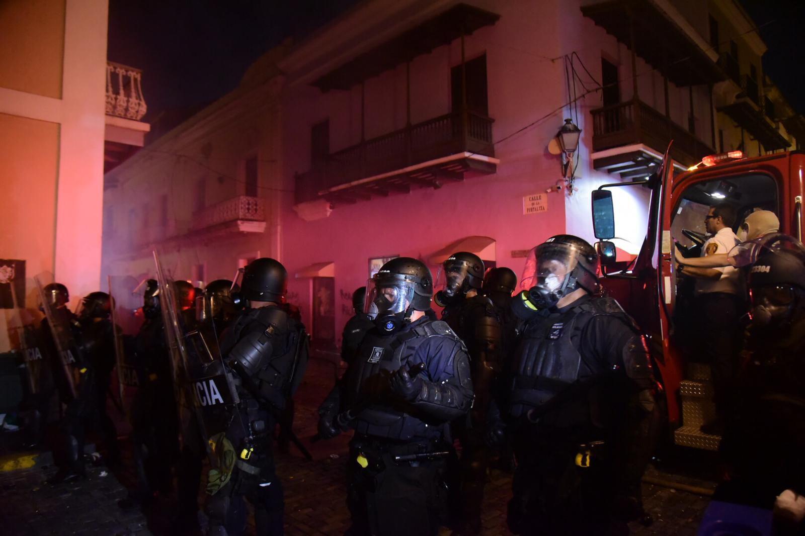 Desalojan manifestantes de La Fortaleza con gases lacrimógenos