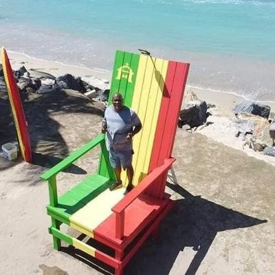 Causa sensación silla gigante a la orilla del mar en Parcelas Suárez de Loíza