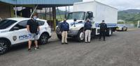Policías reparten alimentos a residentes de Morovis, Manatí y Arecibo