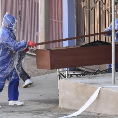 Suben en las calles muertes sospechosas del virus en Bolivia
