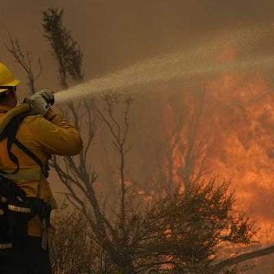 California: Viento y baja humedad amenazan con atizar fuego