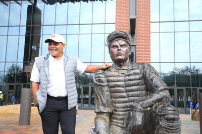 """Develan estatua de Iván """"Pudge"""" Rodríguez en Texas"""