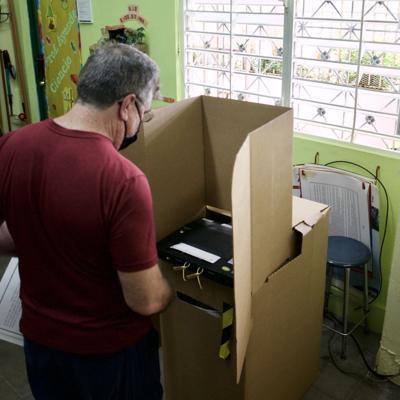 Acuden a votar en la primaria demócrata