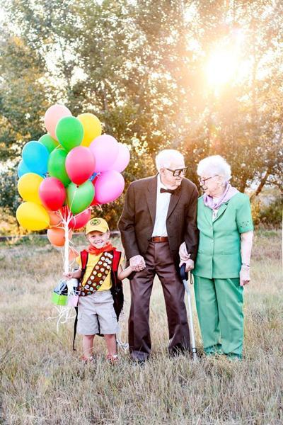 Abuelos y nieto dan vida a personajes de la película UP
