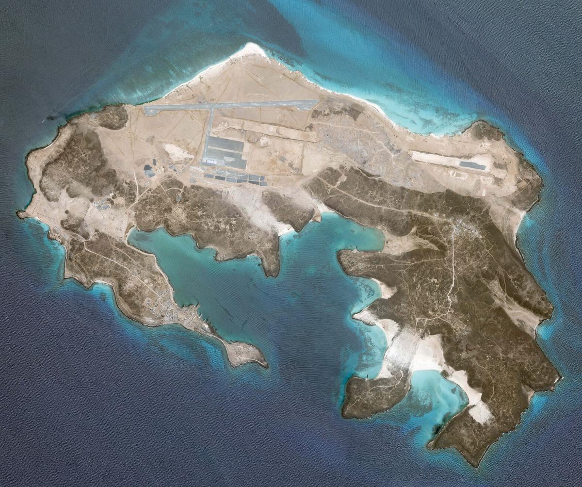 La misteriosa base aérea que nadie se atribuye en una Isla volcánica 60aebedd1cf9d.image