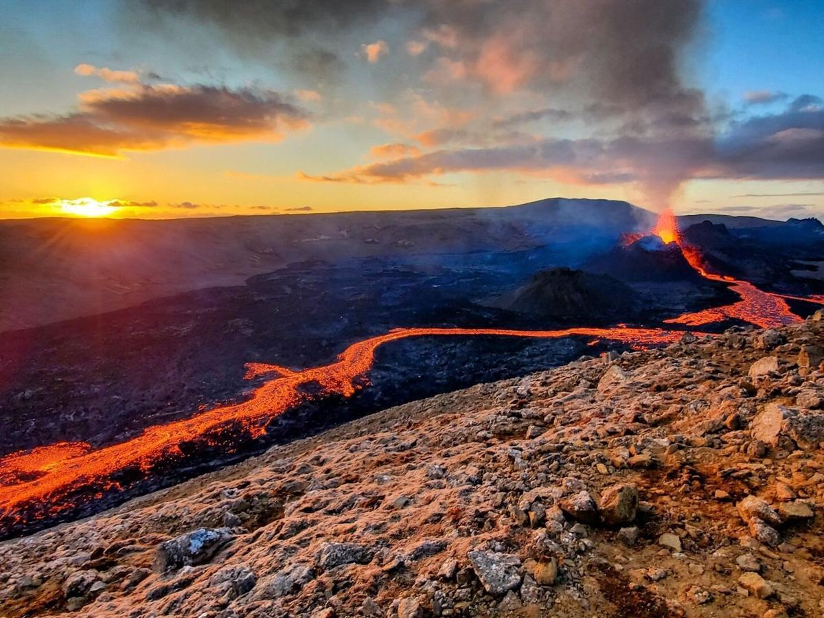 Volcán de Islandia con cielos anaranjados