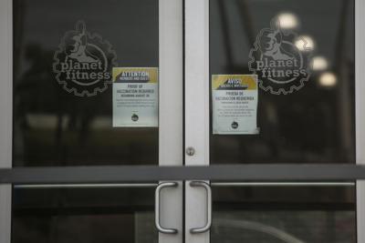Entran en vigor nuevas restricciones, mientras el País espera por las que anunciará el gobernador