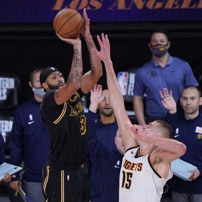 Lakers vencen a Denver con triple de último segundo de Davis